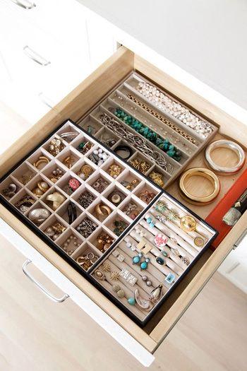 引き出しにぴったりと入る収納ケースを入れて。一目でどこに何があるかわかる美しいしまい方ですね。