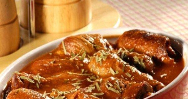5 bifes  - 2 miolos de pão francês cortado em cubos  - 2 ovos  - 1/2 colher (café) de noz-moscada  - 1 colher (chá) de canela em pó  - 1 pitada de pimenta-do-reino  - 1 colher (café) de cardamomo  - suco de 1/2 limão  - 1/2 cebola cortada em rodelas  - 1 colher (sopa) de azeite  - 1/2 xícara (chá) de molho de tomate  - 1 bouquet garni  - 1 xícara (chá) de caldo de legumes  - 1 colher (café) de farinha de trigo  - sal a gosto