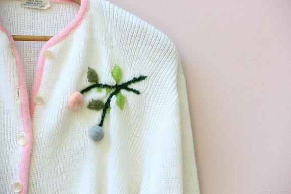 Suéter Vintage 1950-1960 con detalle floral de pom pom y el ajuste de color de rosa. De Sears.  Ninguna etiqueta del tamaño Busto: 44 Cintura: 42 Caderas: 31