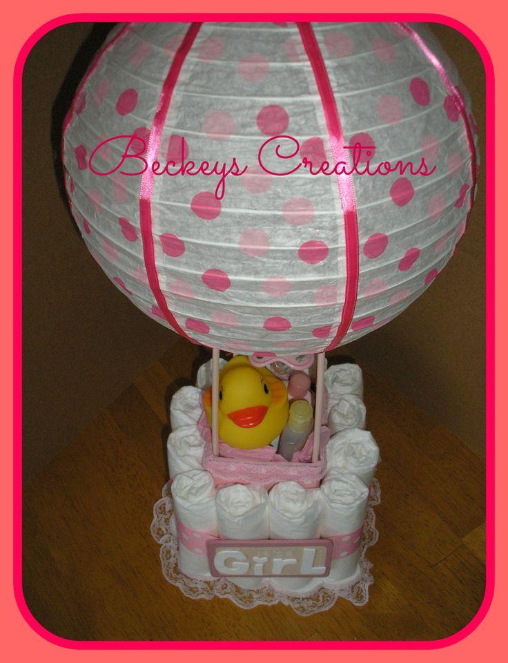 (((Si ce n'est pas ce que vous cherchez pour vérifier mes autres articles à BeckeysCreations.etsy.com))) L'Air chaud ballon Diaper Cakes - (••Paper lanterne fait pour ressembler à un Balloon•• d'Air chaud) Environ 20 pouces de hauteur - se compose de 1,5 oz Johnson & Johnson poudre pour bébé, shampooing de bébé, 1,0 oz Johnson & Johnson tête de lavage de pieds, lotion pour bébé et un paquet de Desitin 0,125 oz, une tétine, un caoutchouc Duckie et couches jetables utilisation-mesure 1...