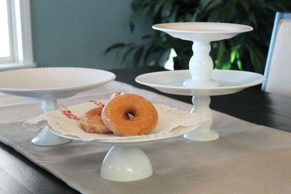 diy: cake and dessert stands.(copos virados ao contrário,prato em cima ou castiça´s como base e prato em cima, depois pintado)