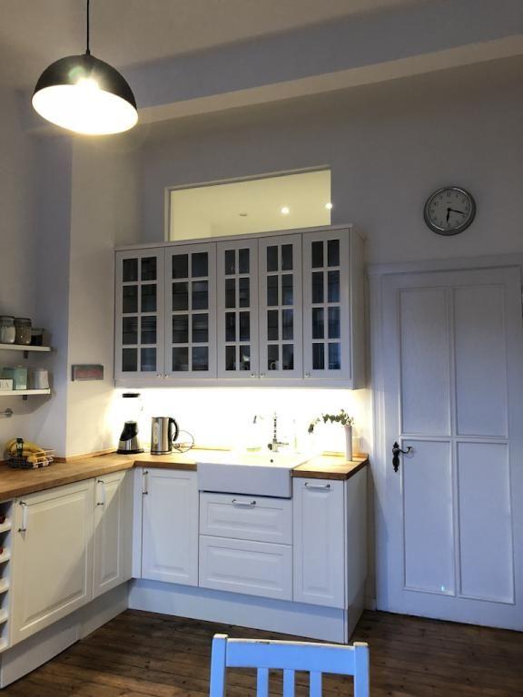 Schöne Küchenzeile In Weiß Mit Holz Arbeitsplatte. #helleFarben  #Einrichtung #Küche #