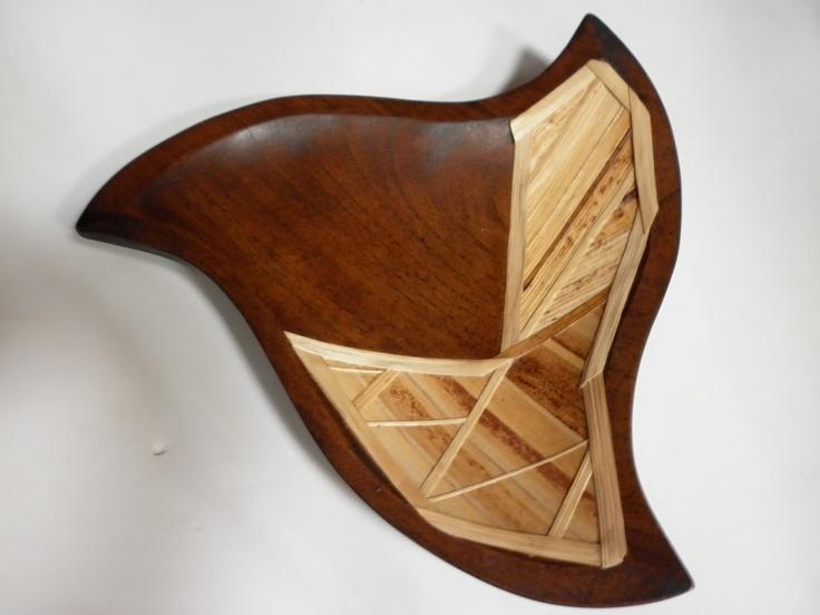 centro de mesa en madera de cedro rosado con laminado en fibra de platano (calceta)