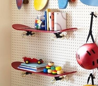 kinderzimmer prinz kerle diy ideen wohnen skateboard regale skateboard dekor lochwnde peg bordwnde - Skateboard Regal Kinder Schlafzimmer