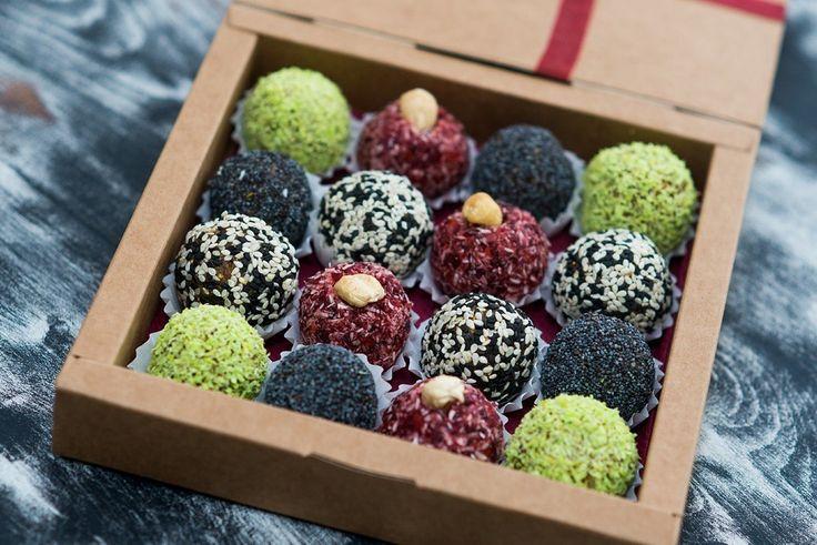 Натуральные сладости из орехов, семечек, ягод и сухофруктов. Подарочный набор на 16 конфет.