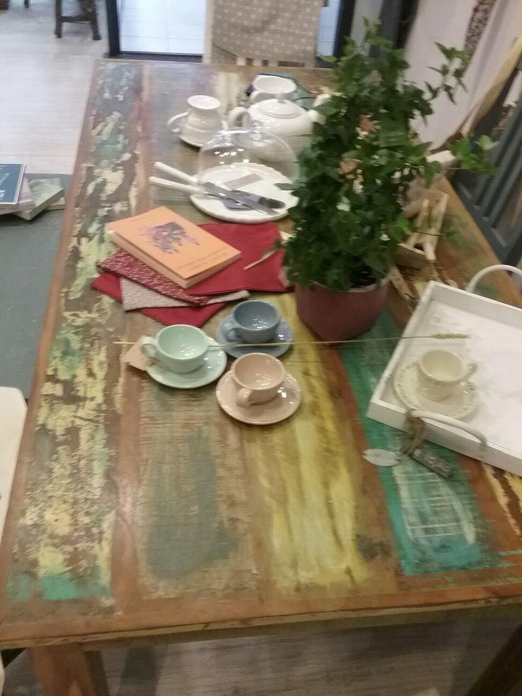 Un caffè,  un libro, un tavolo provenzale