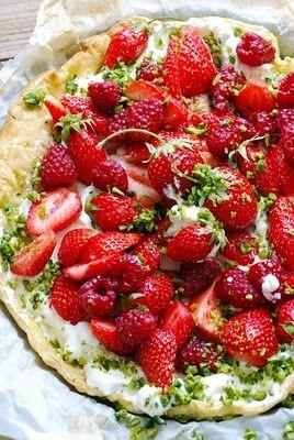 Tarte croustillante aux fraises, mascarpone et pistaches et sirop acidulé