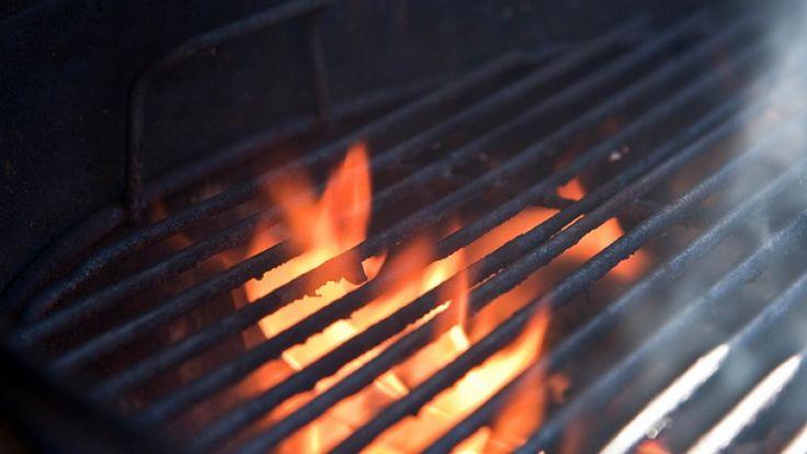 Griglia con fiamme: tecniche di cottura per il barbecue: pesce ai ferri. BBQ.