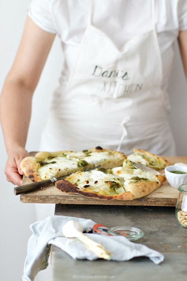 Pizza bianca patate, pesto e stracchino