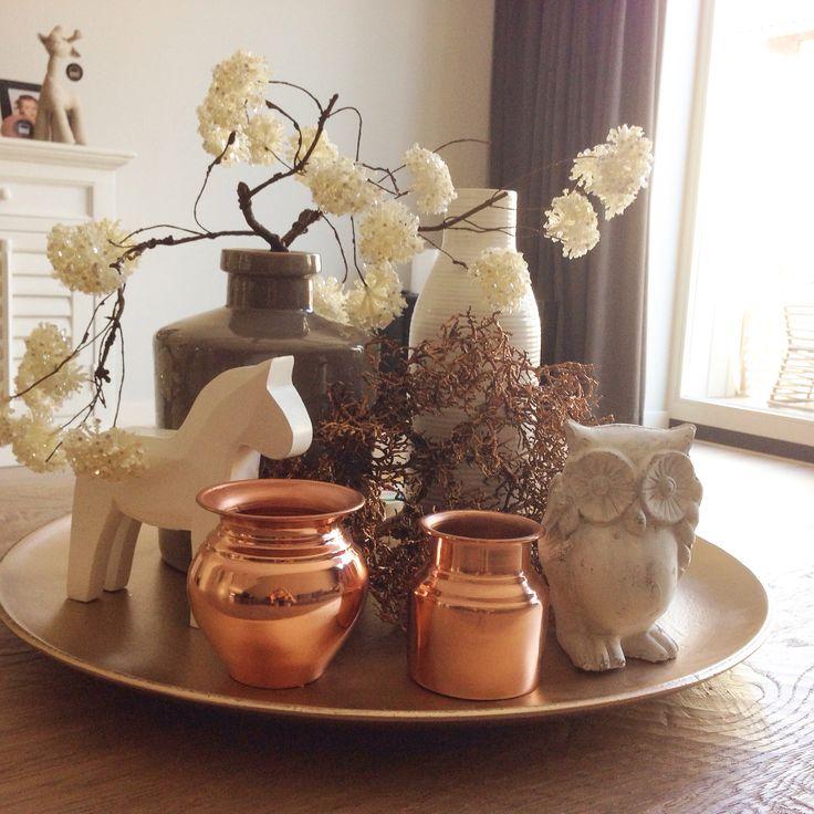 Dienblad met witte en kopere accessoires #salontafel #coffeetable #tray #vases #koper #rosegold