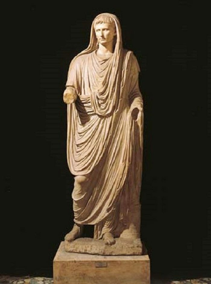 Keisari Augustus pukeutuneena toogaan.