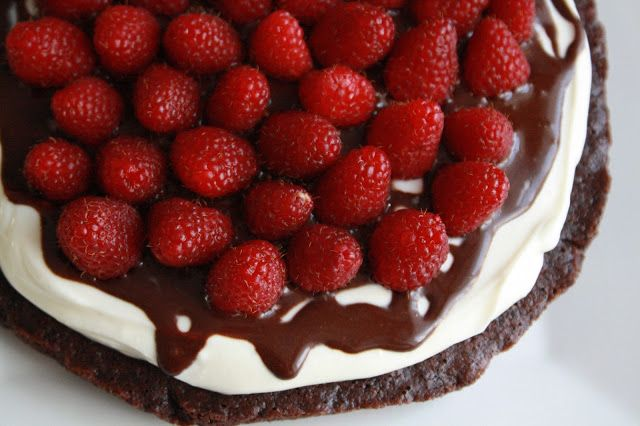 Bezlepkový čokoládový piškot se smetanou a malinami (primal dort)  http://www.veseleboruvky.cz/2013/08/dort-cokolada-smetana-maliny.html