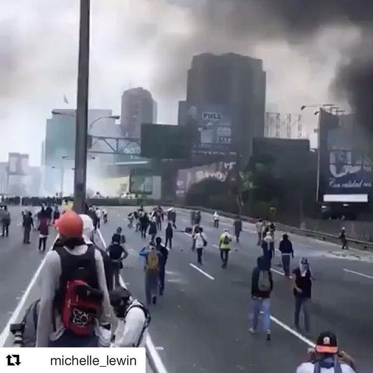 #Repost @michelle_lewin with @repostapp  Lo que esta pasando en Venezuela! #venezuela #sosvenezuela  En la union esta la #fuerza  this is happening in my country Venezuela