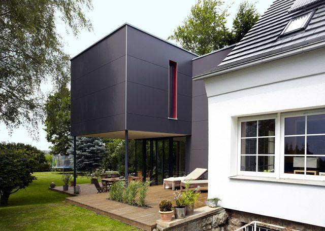 starker kontrast das traditionelle siedlungshaus und der kubistisch futuristische neubau. Black Bedroom Furniture Sets. Home Design Ideas