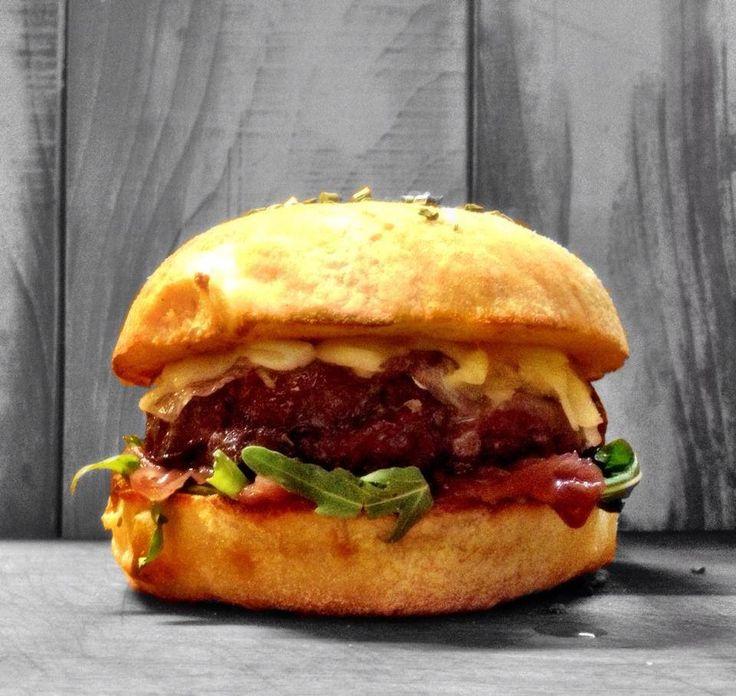 STEMUU !  Hamburger di solo carne di manzo razza chianina Rucola  Cipolla di Tropea caramellata all'aceto balsamico Caciotta di Montese Guanciale Senape (salsa consigliata)