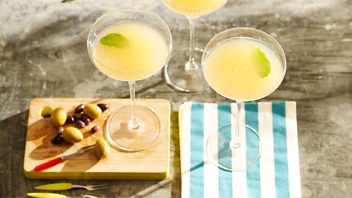 #Gin, #absinthe, lemon juice, pear purée, mint and apple make this drink, the Versailles Experience, a seriously refreshing tipple. Recipe from Sven Almenning of Eau de Vie.
