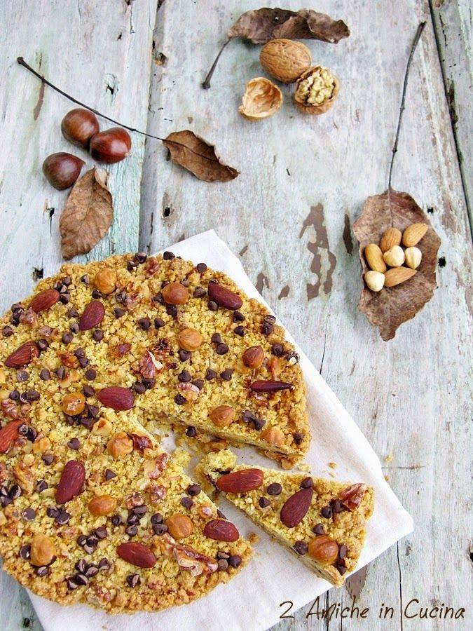 La torta Sbrisolona è un dolce tipico di Mantova preparata con farina di mais e mandorle, naturalmente la mia non è la ricetta classica, ma una mia rivisitazione in versione autunnale. Nell'impasto noci, nocciole e mandorle, tra i due starti di &qout;briciole&qout; una farcia di frutta secca tostata, castag…