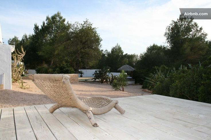 Huis in Ibiza, Spanje. this country loft has a contemporary clean design, a blend of wood, natural fabrics, light and simplicity. With a great location its possible to reach best villages , restaurants & beaches within minutes. very private and spacious villa. gu...