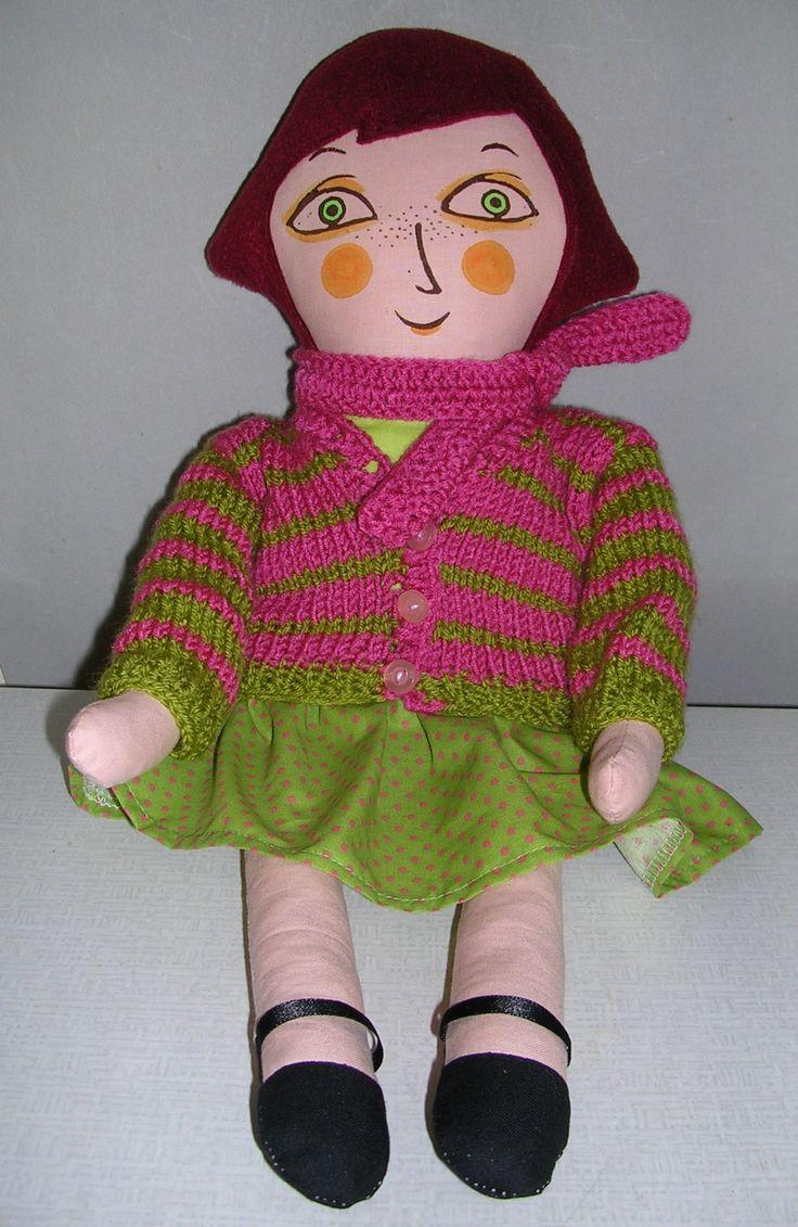 """Matylda ve svetříku s šálou """"Hadrová"""" panenka z bavlněných látek, vlasy fleece, výplň pes kuličky. Obličej je natisknutý z linorytu a domalován a dobarven štětcem textilními barvami fixovanými zažehlením. Na sobě má zeleňoučký drezík a černé botky. Sukně, svetr a šála jsou svlíkací. Je dokonale barevně vyladěná dle posledních módních trendů. Je dost velká - ..."""
