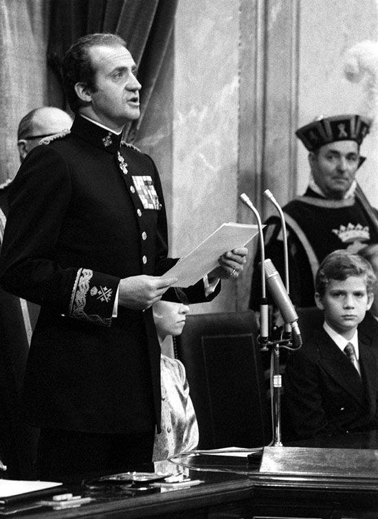 El rey Juan Carlos se   dirige a las Cortes españolas después de sancionar la... - Reyes y Reinas de la España Contemporánea