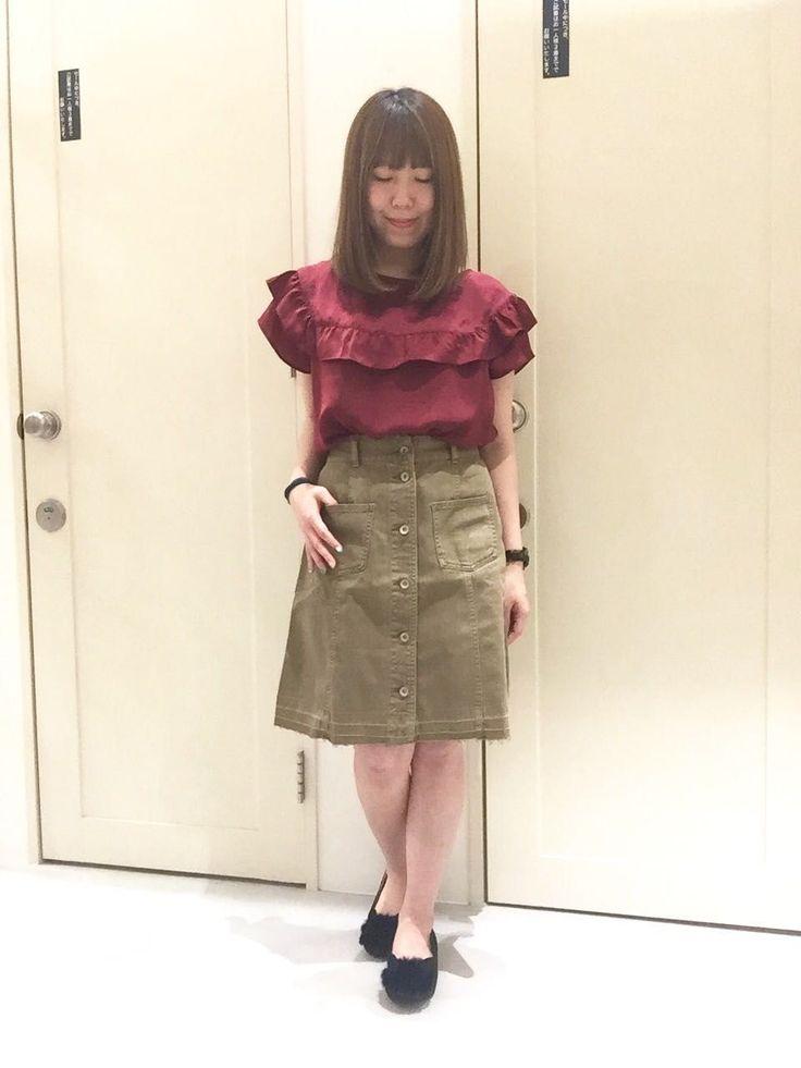 フリルブラウス 可愛くなり過ぎないフリルブラウス。生地も光沢感がありテロっとしているので品良くにまとまります。台形スカートと合わしてカジュアルさもプラスしてみました。 勿論、パンツスタイルで合わせても可愛いです。