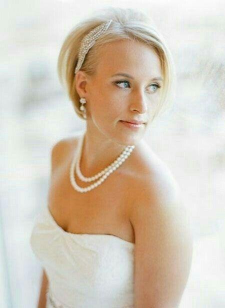 Idee per acconciature da sposa per le nozze con i capelli corti e accessori