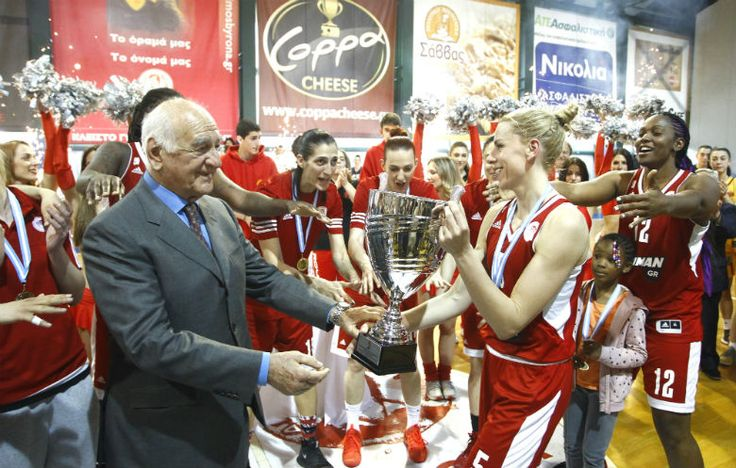 Η απονομή του κυπέλλου στη πρωταθλήτρια ομάδα γυναικών στο basket. 29/04/2017.