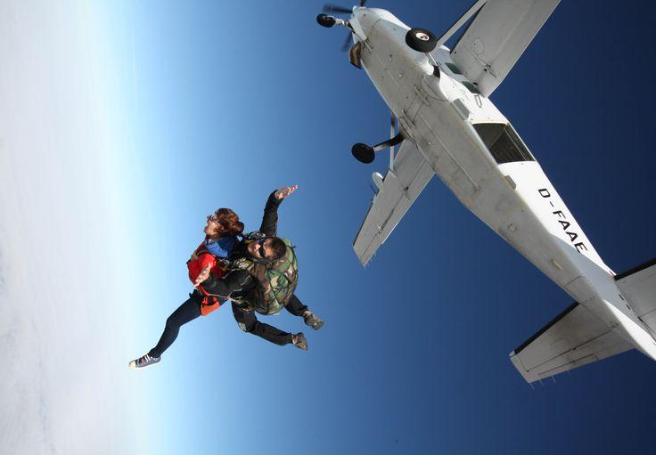 Faites le plein d'adrénaline et venez sauter en parachute en tandem depuis l'aéroport d'Amiens Glizy à partir de 239€ par personne.