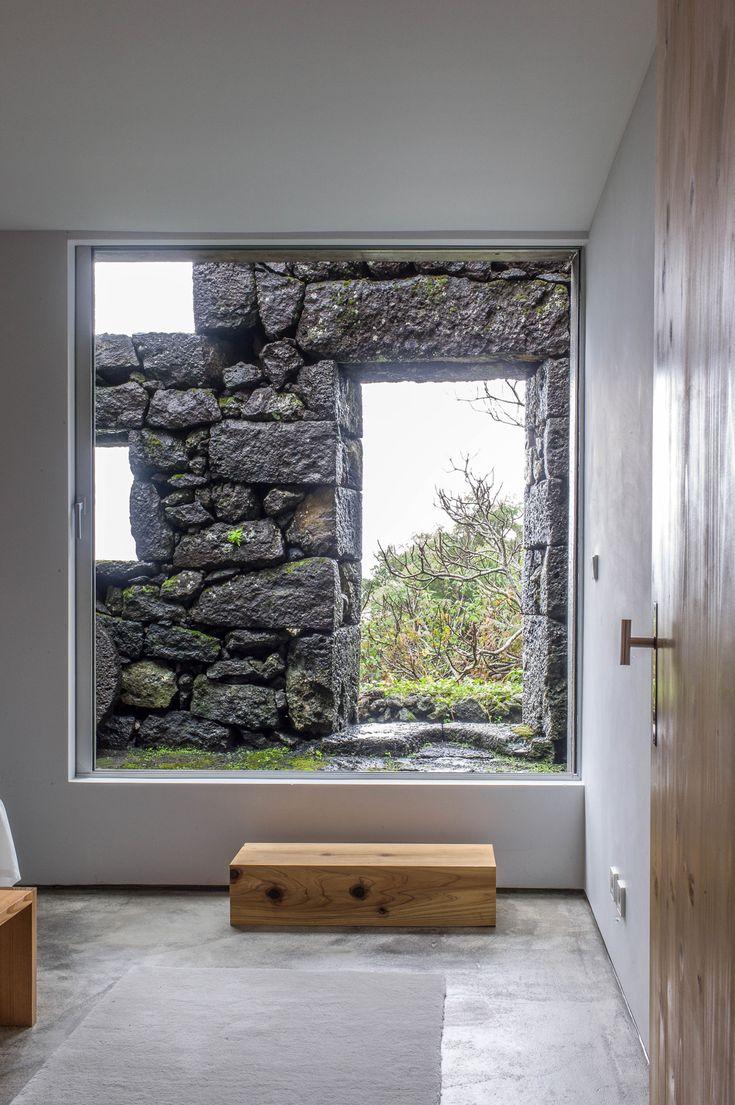 SAMI Arquitectos > EC L1021822 inkom interieur binnen buiten oud nieuw juxtapositie hout polybeton diy graide wit