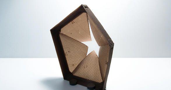 Matériaux biomimétiques// créer des systèmes architecturaux en bois plaqué qui changent de forme en réagissant à l'humidité ambiante. Inspirés des pommes de pins, ces réalisations en écailles s'ouvrent et se ferment au gré de la météo. Mais dès 2014, David Correa améliore ce procédé. Désormais, ces systèmes architecturaux ne sont plus en bois mais en matériaux imprimés en 3D. Ceci lui permet d'imprimer plusieurs couches aux formes et aux propriétés différentes afin de programmer la direction…