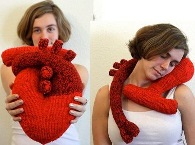 Fuente: http://gethustle.tumblr.com/post/16174887464/knitted-anatomical-heart-pillow-by-the-teary