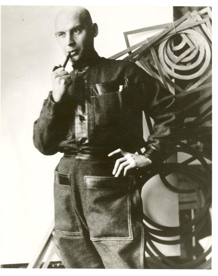 Rodchenko llevando un traje diseñado por él (1924)