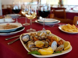 Bem perto do rio, na Vila de Odemira, o restaurante O Tarro encontra-se aberto durante todo o ano e é ponto de encontro com os sabores da cozinha tradicional alentejana. // Located in the town of Odemira, nearby the river, the restaurant O Tarro is open throughout the year, and it is the perfect location to discover the  flavours of Alentejo's traditional cuisine.