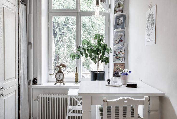 Välkommen till en underbar och väldisponerad sekelskiftes 2:a i ett mycket attraktivt läge på Kungsholmen. Bostaden erbjuder ett stort och lättmöblerat vardagsrum med plats för t.ex. större soffgrupp och matplats. I ena hörnet av vardagsrummet kan det finnas möjlighet att sätta in en kakelugn. Rökkanalen är idag igensatt men det finns bl.a. en granne som har fått igång en. (Observera att detta kräver föreningens godkännande, ev. bygglov samt att det utförs på ett fackmannamässigt korrekt…