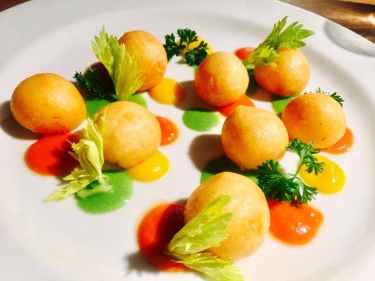 Cacio e orto 6 verdure dell'orto cotte al vapore e scomposte, con polpettine di pecorino e semi di chia (