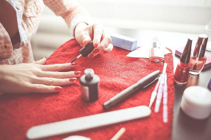 Pomijając kwestie takie jak okazjonalny manicure czy złamany paznokieć, większość z nas na co dzień nie skupia większej uwagi na paznokciach, biorąc je za pewnik. Okazuje się jednak, że wbrew pozorom nie wszystko jest takie proste, na jakie wygląda. Tak więc zacznijmy od początku. Paznokcie to coś więcej niż tylko widoczna gołym okiem powierzchnia, zazwyczaj …