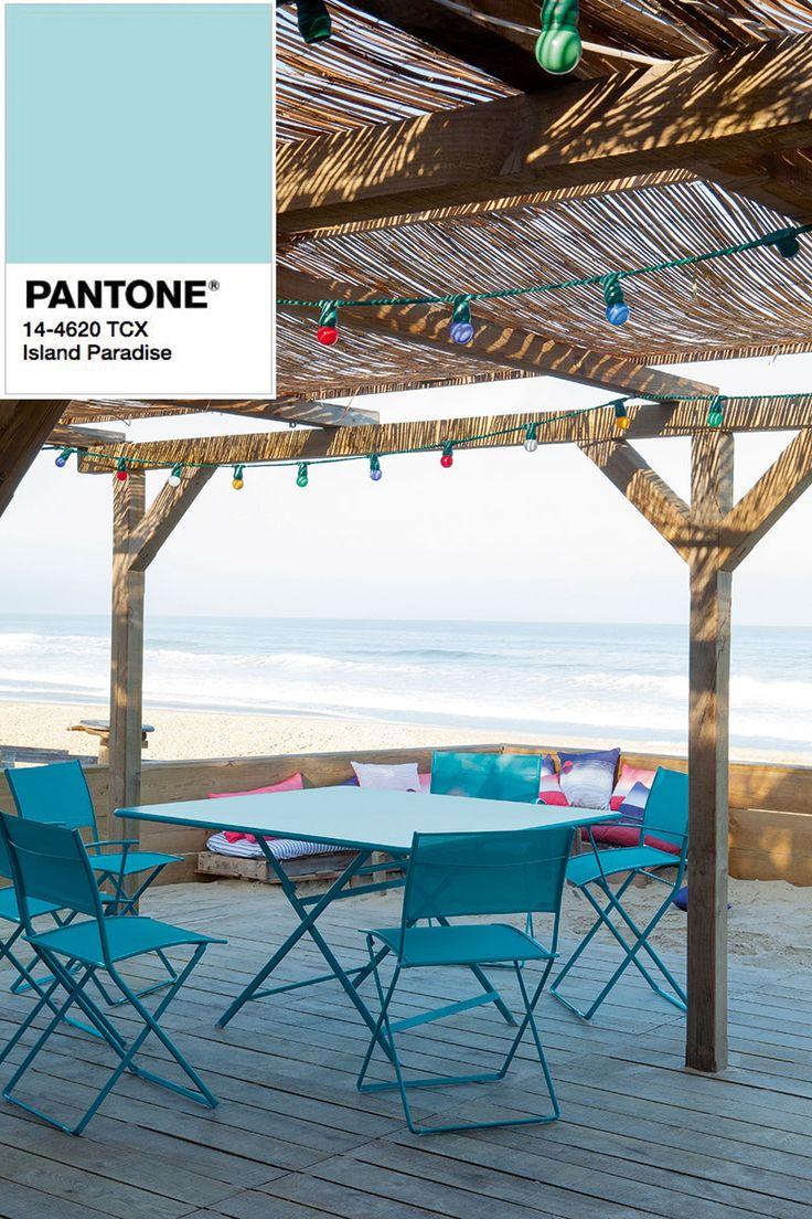 Stół ogrodowy Cargo Fermob w kolorze island paradise Pantone.