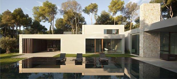 Pedra, madeira e vidro se unem em lar na Espanha