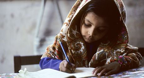 Foto de las Naciones Unidas: Una pequeña niña realiza su tarea escolar en Karachi, Pakistán.  Según la Declaración Universal de Derechos Humanos, toda persona tiene derecho a una educación elemental gratuita.