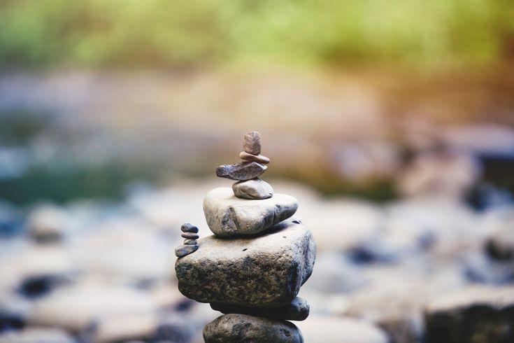 Was einst als esoterisch bezeichnet und mit Gurus in Verbindung gebracht wurde, gilt heute als Geheimwaffe in Großstadtkreisen, wenn es darum geht die innere Ruhe zu finden: Meditation. Wenn die meisten Menschen von Meditation hören haben sie sofort das Bild eines tibetischen Mönchs im Kopf, der im Schneidersitz sitzt und nach der Erleuchtung sucht. Was die meisten jedoch nicht wissen, ist das die Kunst der Meditation schon seid vielen Jahren in der Wissenschaft und Medizin angewandt wird. S… – Blog Your Thing | Bloggen & online Geld verdienen