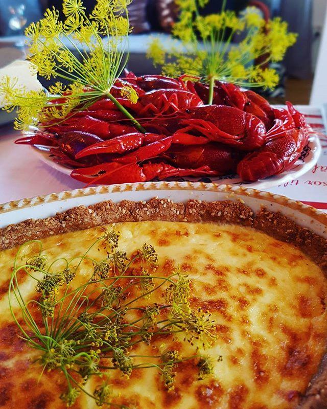 En helt vanlig måndag!  #kräftpremiär #kräftor #crawfish #västerbottenpaj #lchfvästerbottenpaj #cheesepie #lchf #lowcarb #glutenfree #glutenfritt #keto #healthy #highfat #food #paleo