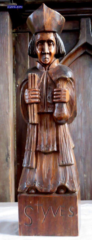 St Yves, église de St-Agathon (22). Petite statue signée LPG.