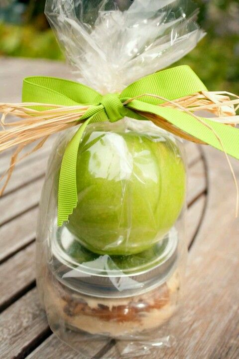 Fall party favor, an apple with dip! How cute is this, I see you using this for one of your soirees.