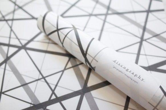 太さと濃度の違うグレーの線と文字がランダムにクロスし、 重なり合う線の中から産み出される白の幾何学模様が 印象的なデザインです。ラッピングペーパーとしてだけで...|ハンドメイド、手作り、手仕事品の通販・販売・購入ならCreema。
