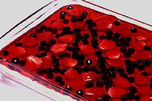 Le dessert estival sans cuisson par excellence: une croûte de chapelure de biscuits graham au beurre recouverte d'une garniture de fromage à la crème triple fruits et d'une gelée à la fraise.