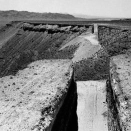 Michael Heizer. Double Negative