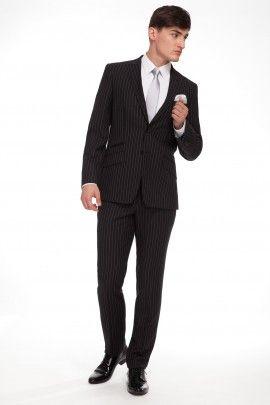 GARNITUR MAFFY  Całoroczny garnitur z klasycznej linii RESPECT o lekko dopasowanej sylwetce, uszyty ze szlachetnej tkaniny w typie tenis (czarne tło, jasny prążek), w mieszance wełny, poliestru i jedwabiu.
