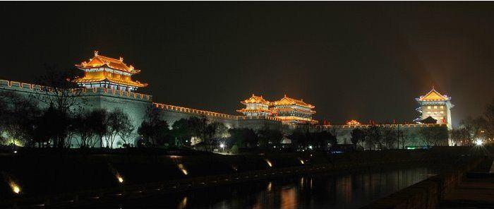 Les murs de la capitale des Tang de Chang'an (Xi(an) ou Khomdan en arabe, En 763, les cavaliers de Trisong Detsen (740-797), roi du Tibet, envahissent Xi'an. L'empereur chinois Daizong de la dynastie Tang s'étant enfui, les Tibétains nommèrent un nouvel empereur. À Xi'an se trouve une stèle de pierre qui prouve la présence de chrétiens nestoriens en Chine dès le viie siècle, probablement venus de Perse par la route de la soie. À la suite du traité de paix sino-tibétain de 822, une stèle…