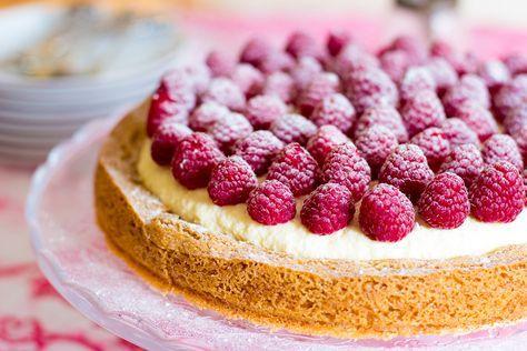 Soms vraag ik Thomas wel eens om me te helpen bij het bedenken van een naam voor een nieuw taartje of ander zoet gerecht. Meestal zijn die bedenksels heel cliché en lachwekkend. Voor deze taart kwam hij met: een goddelijk witte chocolade wolkje met framboosjes. En dat zegt hij dan heel serieus hé. Eigenlijk…