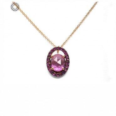 Ένα κομψό και πολύτιμο κολιέ από ροζ χρυσό Κ18 με κεντρικό οβάλ ζαφείρι & μικρά ροζ ζαφείρια περιμετρικά. Συνοδεύεται από εγγύηση ποιότητας ορυκτών πετρών. #οβαλ #ζαφειρια #χρυσο #κολιε